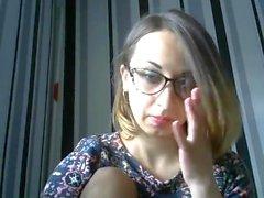 Bella ragazza con gli occhiali facilmente pugno la sua figa