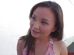 fille asiatique Petite monte grosse queue épaisse