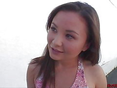 Petite chica asiática monta polla gruesa