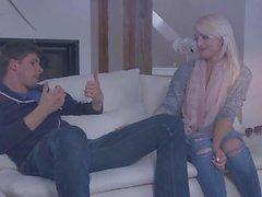 Bitches Abroad - Czech Turista adolescente Katy Rose obtiene jodido perrito en el sofá