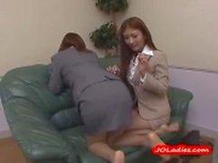 2 Office dames Spanking elkaar zuigen tepels kutje wrijft en Fingered door Guy op de bank