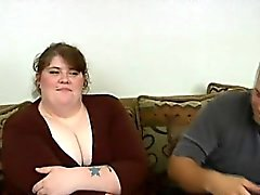 Garota com excesso de peso obtém sua buceta raspada limpa pregado na câmera