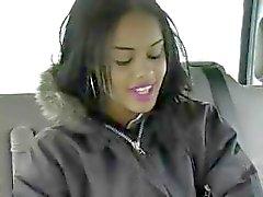 Black Babe opgepikt in Cafe wordt geneukt in de auto