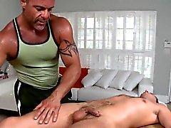 Masseur gaie est de donner pion d'une session oral service farouche