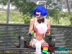StrandedTeens smutsar ner clown får in lite funny business