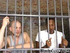 Il detenuto nero sbronza il fusto