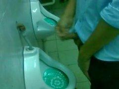 Spy urinal university party/ Espiando baños en fiesta universitaria