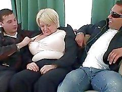 Abuelita Totalmente borrachos adopta dos gallos