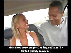 Bébé chaud à Amazing avec des cheveux blonds ne PIPES remplace Guy d'Afro dans le véhicule