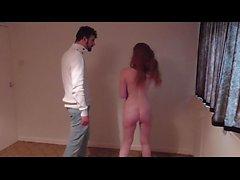 päihtynyt tyttöystävä rangaistaan ja vaipan peittämän varten kusta lattialle
