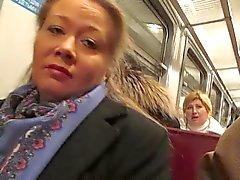 meisje knipperende netkousen in een trein