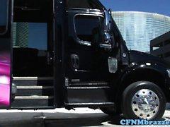 CFNM babes cockriding no ônibus de limusine do partido