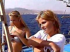 Amiche bionde in un trio On A Boat