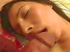 Di sonno teen brunette in biancheria viene forato a letto