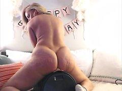 Сочная блондинка мастурбирует на полу кухни