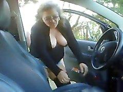 Mogen kvinna jävla en pojke i hans bil