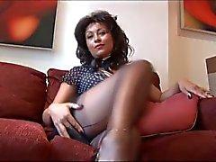 Onu kedi ve göğüsleri gösterilen yüksek topuklu ayakkabılar üzerinde Danica Collins