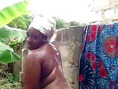 африканского Бейб принимает душ