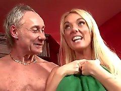 Britischen blonde Nutte einer Orgie an der Theke in den Strümpfen