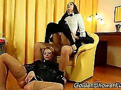 Urinando fêmeas de glam caralho