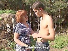 Geile Bauern Jungen fickt eine Rotes Mature Im Freien