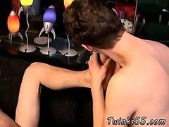Belle baise la gorge gay et hommes nus avec accroupir poilue Bo
