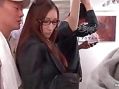 Hete Japanse babe streelde in het openbaar