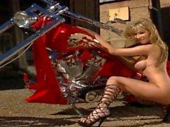 Seksikäs Hiusten väri Blondi Silmien Sandee laitteissa hänen pyörä niinkuin Kettu