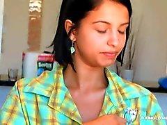 La fille tendre Inez montre sa sacs de d'amusement dans la cuisine