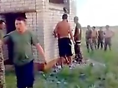 Army rusa individuos cogen una azada al aire libre .