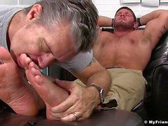 Perverted kille masserar hunk fötter och lickar dem riktigt bra