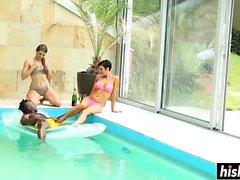 Gruppe Freunde hat Spaß im Pool