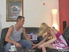 Blonde pega uma dura punição por trás