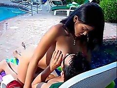 Горячие подростков с большие натуральных ударяет большое твердый член у бассейна