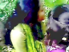 filles indiennes d'amateurs embrasser