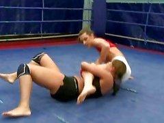 Brune sexy della wrestling