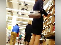 Tirkistelijä jumittuu supermarket ryhtymään upskirt laukauksen