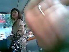 Mies lietsoo bussissa