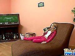 Garde d'enfants Playful blonde de Jessie de Dalton fait attraper