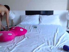 Impresionante striptease pelirroja bebé y jugando en la webcam