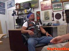 Pawnbroker baise bikerider droite sur le bureau
