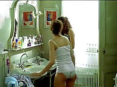 Laetitia Casta in topless dans le grand appartement