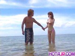 Kyoko de Fukuzawa sur le rivage de mer