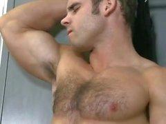 Muscle Kerl Abel abspritzt im Fitness-Studio