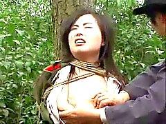 Ragazza dell'esercito cinese legata alla dell'albero uno