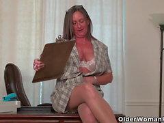 Amerikkalainen MILF Mary Wana riisuu ja soittaa toimistossa