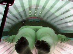 Огромные натуральные сиськи в солярии