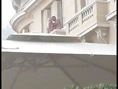 L'uomo scopa slut bionda sopra balcone