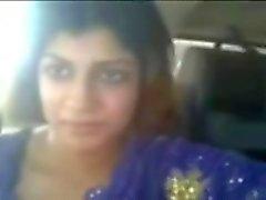 Intialaisten pyöreäposkinen porton vilkuttaa hänen rintojaan autossa