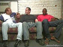 Svarta män dela analt av en rolig vitt kille som